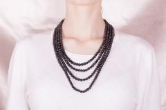 Melno pērļu garā kaklarota