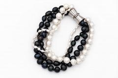 Melno pērļu rokassprādze